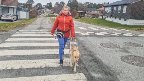 VIS HENSYN: Blinde Malgorzata Zoladek og førerhunden Kiara på tur.
