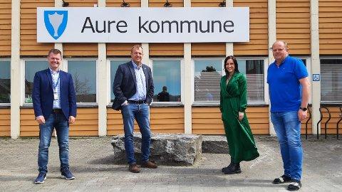 SIGNERTE KONTRAKT: Regional sales development manager Remy Mjelstad og moderniseringsdirektør Arne Quist Christensen i Telenor sammen med ordfører Hanne-Berit Brekken og næringssjef Ivar Torset i Aure kommune.