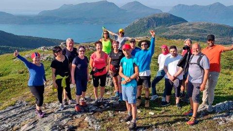 PÅ TUR: Håvard Johansen (i rød caps og blå skjorte foran) var onsdag kveld på enda en tur sammen med flyktninger og immigranter, denne gang til Valfjellet i Straumsnes. Onsdag ble han den første som fikk fylkets inkludering- og mangfoldspris.
