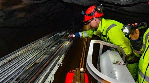 Statens vegvesen stenger de lange tunnelene omtrent månedlig for å kontrollere og vedlikeholde de tekniske installasjonene.