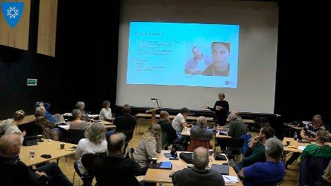 Kommunestyret i Heim var tirsdag samlet til ekstramøte for å arbeide med det politiske samarbeidsklimaet. Kommunen som så dagens lys 1. januar 2020, har fått mye oppmerksomhet om politisk krangling og ufred man sjelden ser i lokalpolitikken.