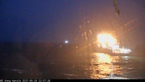 På dette bildet fra webkameraet om bord i «Kong Harald» kan man se ankerhåndteringsskipet KL «Saltfjord», som responderte på mayday-meldingen og etter hvert fulgte hurtigruteskipet på vei inn Julsundet.
