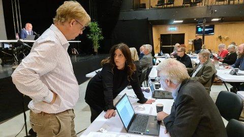 Arne Grødahl, Berit Tønnesen og Bjarne Elde diskuterer regionsaken i bystyret.