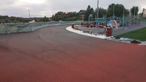Etter at politiet stoppet arbeidet på idrettsanlegget på Bruhagen, har det vært stille der. – Det ser ut til å være vilje til å ordne opp, men det er så langt ikke levert godt nok, sier en fortvilt kommunedirektør Berit Hannasvik.