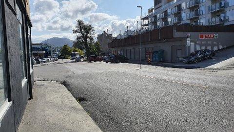 I dag kan kundene til Spar Fosnagata sette fra seg bilen både i skråparkeringen på gateplan og på butikkens tak. Utbygging av Campus-området gjør at deler av gateparkeringen kan forsvinne.