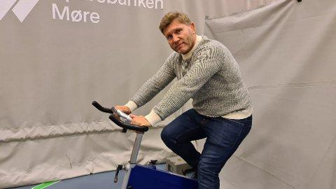 Et halvt år etter at han ble smittet har Eren Gjægtvik begynt å motivere seg for den gradvise rehabiliteringen.