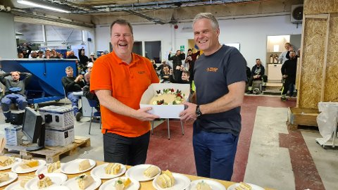 Ny kontrakt og gjenåpning med kakefeiring ga glede og smil hos Stranda Prolog. Daglig leder Klaus Hoseth og markedsdirektør Leiv Tvenning spanderte en velfortjent bløtkake til de ansatte i lunsjen.