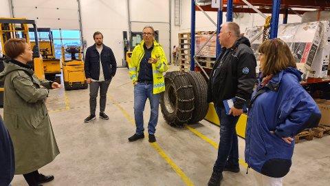 Toril Skram, Erik Ingebrigtsen, Askill Sandvik, Torbjørn Sagen og Mette Skavnes på befaring i lokalet som skal tilrettelegges for drive-thru stemming.