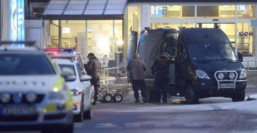 BOMBEGRUPPA: Bilen til bombegruppa ble hentet fra Oslo i forrige uke, og politifolkene derfra fikk raskt sjekket ut at det ikke var en farlig gjenstand. (Foto: Olaf Akselsen)
