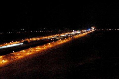 Rundt 500 fakler lyste opp ved E18 ved Skjee kirke i 2010. Lysene markerer drepte eller skadde i trafikken.