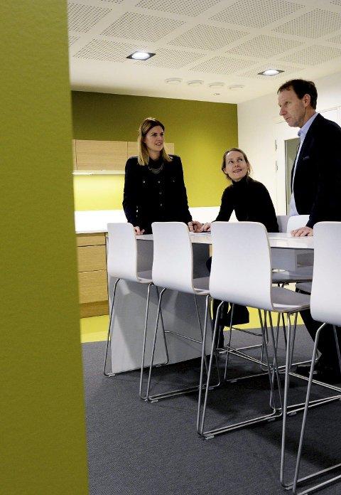 Sosialt: Kort vei til fellesarealer er viktig for den sosiale biten. Interiørarkitektene Maria Andreassen og Mette Heimtun sammen med en fornøyd banksjef Børre Grovan.