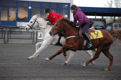 NAPPETAK: Elise Nielsen på hvite Breeze hadde hele oppløpet overtaket på innvendige Montana VI/Maria Bakkeland. Foto: Henning Døvle