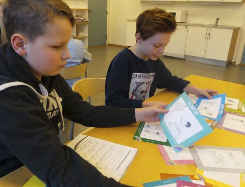 Egenskaper: Hvilke har jeg, hvilke har du? Jacob Sundelius og Emil Vian Olsen velger kort med egenskaper som passer best.