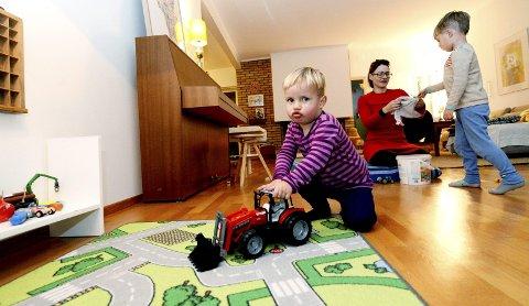 Edvard fikk en brukt traktor i bursdagsgave og synes den er kjempefin. I bakgrunnen leker mamma Siri Eggesvik og storebror Alfred med en annen brukt gave.
