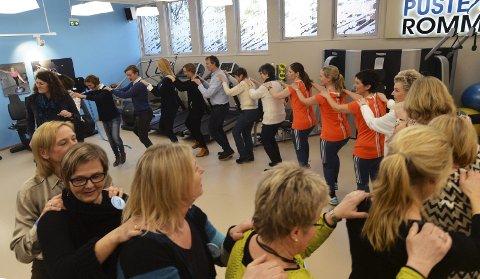Aktivitet: Litt sang, dans, hopp og sprett var blant ingrediensene på åpningen av Pusterommet torsdag.