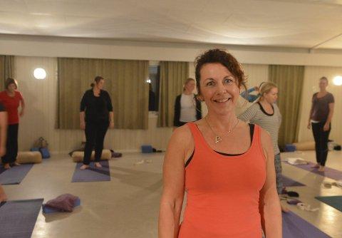 Vil dele: Linda Bettum Martinsen tilbyr yogakurs på Barkåker. – Jeg ønsker å spre yoga til folket, sier hun.