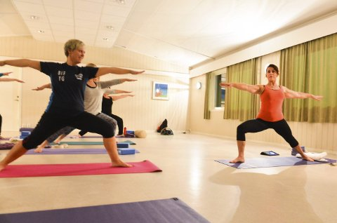Krigerposisjon: I yoga er bevegelsene rolige, men man bruker mye muskulatur.