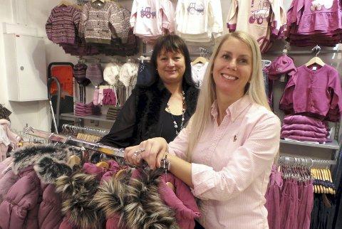 VOKSER: Butikksjef Elisabeth Bjønnes (til venstre) og daglig leder Ida-Merethe Kleppe Hansen i Knerten og Karoline barneklær. Selskapet ble  kåret til gasellebedrift flere ganger og har dermed oppfylt en rekke krav. Blant annet doblet omsetning over fire år.  Foto: Emira Holmøy