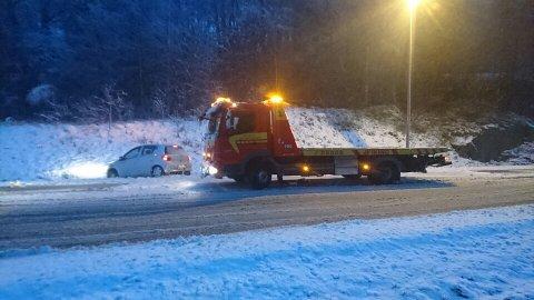 I GRØFTA: Denne bilen havnet i grøfta i Elveveien i Larvik. Foto: Bilberging Vestfold