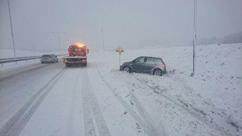 FIKK HJELP: Denne bilføreren ved siden av E18 fikk hjelp av bergingsbil lørdag. Foto: Bilberging Vestfold