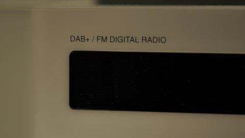 FÅ MED SEG: Badet har også fått sin egen dab-radio. Det gjelder ikke å gå glipp av nyheter.