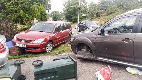 KRAFTIG SMELL: Både Lars Hansens bil (t.v.) og bilen som kjørte på den fikk store materielle skader i påkjørselen.