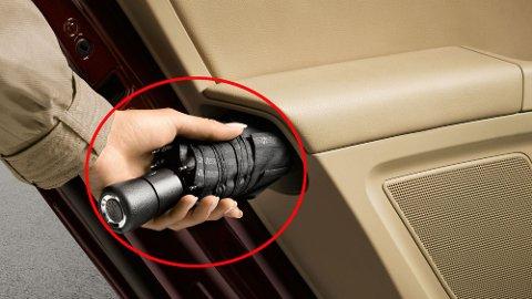 Paraply integrert i dørsiden er blant mange smarte detaljer Skoda kan by på. Til nå har det bare vært tilgjengelig på toppmodellen Superb, men flere modeller får paraply-løsning nå.