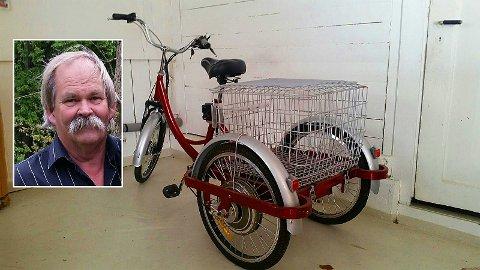 SKAPTE HODEBRY: Det skulle bli vanskeligere enn Arne Grimsø hadde regnet med, å frakte den elektriske trehjulssykkelen til den nye eieren i Gjøvik.