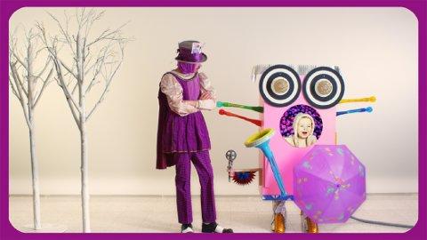 FARGERIKT: Hovedrolleinnehaver Laara Stinnerbom har mange ulike kostymer på seg, og mater roboten med frukt. Da forteller roboten navnet på fruktens farge. Smilende inne i roboten ser vi Mir Aurebekk.