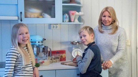 SPARER MYE PÅ MAT: Anne Brith Davidsen sammen med to av barna:  – Ta barna med på matlagingen, råder Anne Brith.
