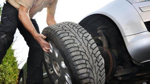 HAR DU? Neste uke blir det kaldere, har du skiftet til vinterdekk på bilen? (Illustrasjonsfoto)