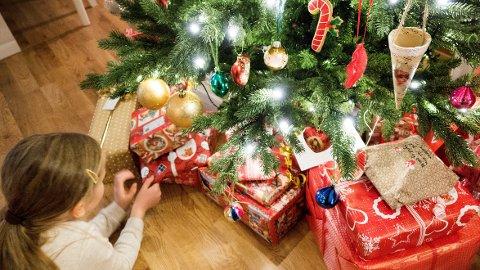 Kvinner over 65 år er de som planlegger å bruke mest på julegaver i år. Barn og barnebarn får de dyreste presangene. Foto: Gorm Kallestad, NTB scanpix/ANB