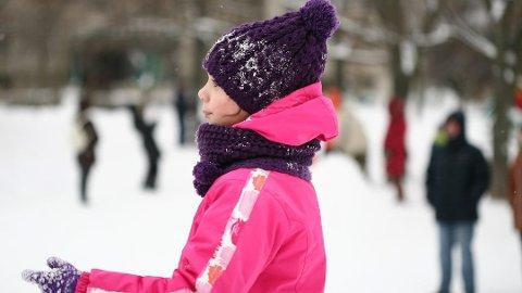 Kom dere ut og lek litt sammen i jula, er oppfordringen fra Norsk Friluftsliv.