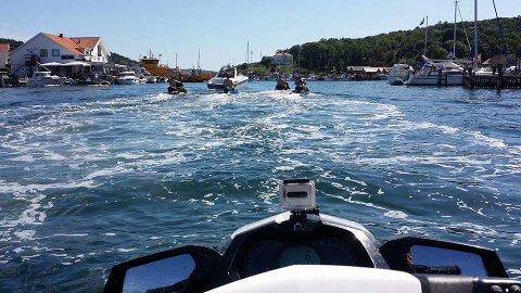PÅ TUR: En kortesje av vannscootere dro sist helg på tur fra Røyken til Stenungsund i Sverige. – Tur med vannscooter kan absolutt anbefales, sier Stian Kolsrud, som tok dette bildet ved Hamborgsund.