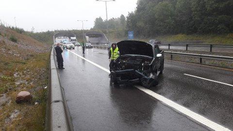 Store skader: Bilen fikk store skader i fronten etter krasjen i autovernet.