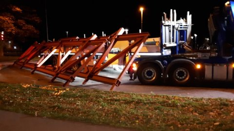 REDUSERT FREMKOMMELIGHET: En lastebil mistet en last med stålkonstruksjoner i en rundkjøring ved Lystlunden.