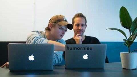 DATAKYNDIG: Morten Ramm (til høyre) får datahjelp av Erlend Mørch. Nå starter sistnevnte en datasikkerhetsbedrift som Morten Ramm har spyttet inn penger i.