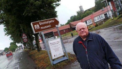 FORBANNET: Leder Per Rosenblad Brun i Slottsfjellets Venner blir forbannet når han ser hva Bane Nor må gjøre med Slottsfjellet om nytt dobbeltspor skal legges i Vearkorridoren. – Uakseptabelt, sier han.