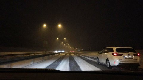 FORTSATT VINTER: Snøen la seg på E18 søndag kveld, men trafikken gikk stort sett greit gjennom Vestfold.