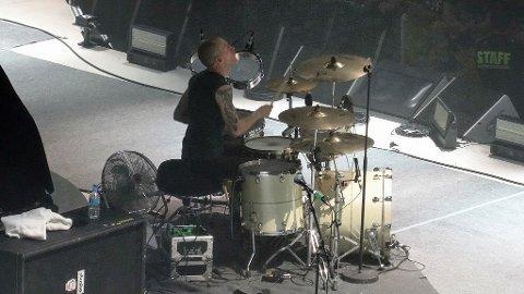 KONSENTRERT: Her spiller Kjetil Gjermundrød med sitt band Kvelertak på scenen til Metallica. Snart skal han ut på Europa-turné igjen med de amerikanske metallegendene, men først skal han spille med brødrene sine i et sideprosjekt kalt Tempel i Tønsberg.
