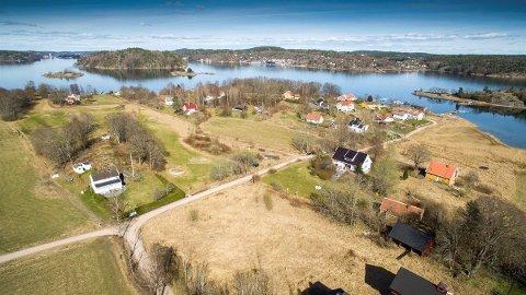 STORT: Hovedbygningen med de to gulmalte sidebygningene er til sammen på over 500 kvadratmeter, og ses til høyre i bildet. Golfbanen ligger til venstre.
