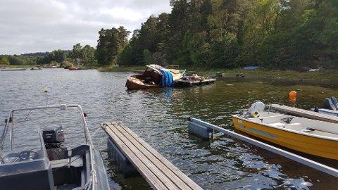 EN SNEKKE TIL BESVÆR: Det ble boret hull i denne snekka under en krangel. Først lå den og sperret båtplassene i forgrunnen, men ble senere flyttet til flåten i bakgrunnen.