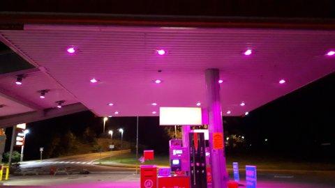 OPPLYST FOR EN GOD SAK: Rosa sløyde-aksjonen er grunnen til at Circle K i Stokke i oktober lyser rosa.