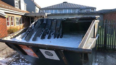 CONTAINER: Brannvesenet fikk slukket brannen i containeren ved Husvik skole relativt raskt.