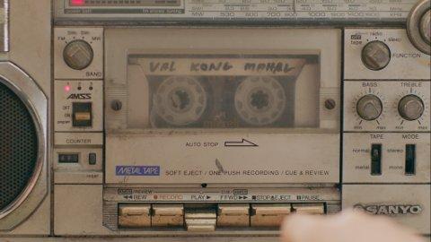HEMMELIG: Lytting til kassettbånd er en sentral del av handlingen i «Nervous translation».
