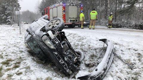 PÅ TAKET: Denne bilen havnet utfor veien på Vear fredag i 13.30-tiden.