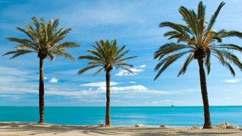 FLY OG HOTELL: Et kjærestepar kan reise til Spanias solkyst Costa del sol i 15 dager for under 8.000 kroner.