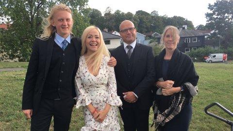 LÆRERIKT: Emil Stålerød (19) forteller at han lærte mye av Lene Kongsvik under innspillingen av «Kongsvikfamiliene» som foregikk i Oslo i august i fjor. Her står han til venstre sammen med Lene Kongsvik og to av de andre skuespillerne som medvirker i serien.