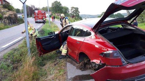 FRONT MOT FRONT: To biler kolliderte på Storevarveien i Melsomvik fredag kveld.