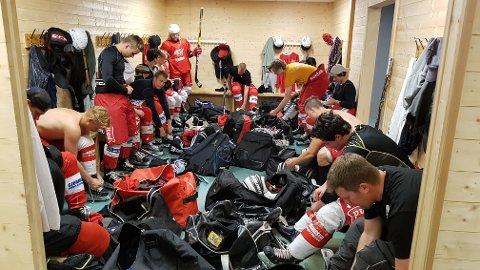 ISHOCKEY: Det er mye utstyr som skal på for å spille ishockey, og ikke vanskelig å skjønne at det blir varmt og svett under all påkledningen. Nå får i det minste bortelagene dusje i Tønsberg Ishall.